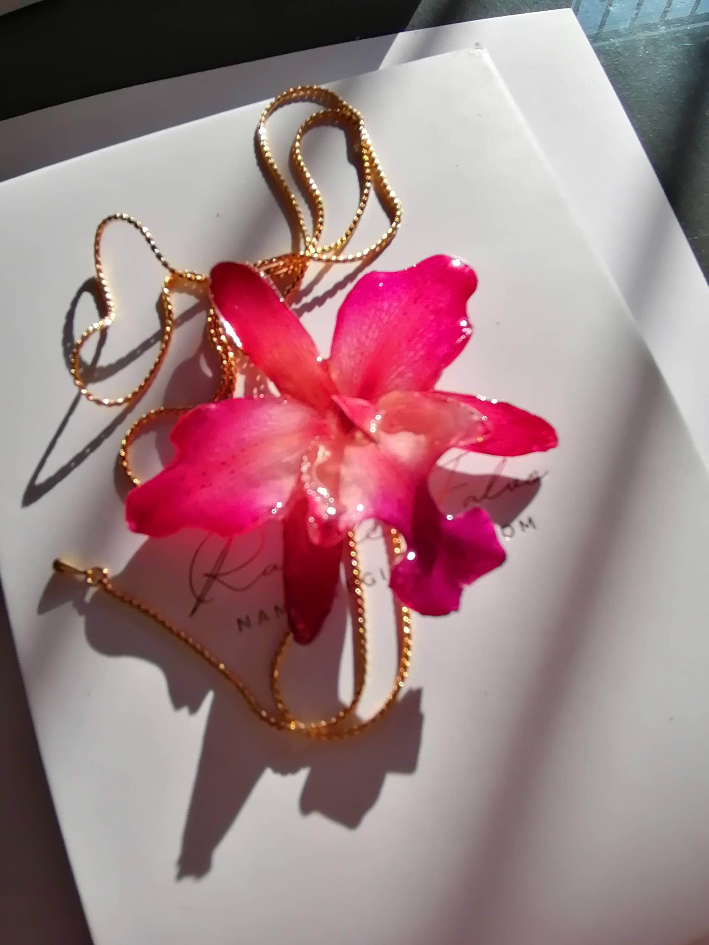 Gioielli di orchidee naturali inglobate in resina